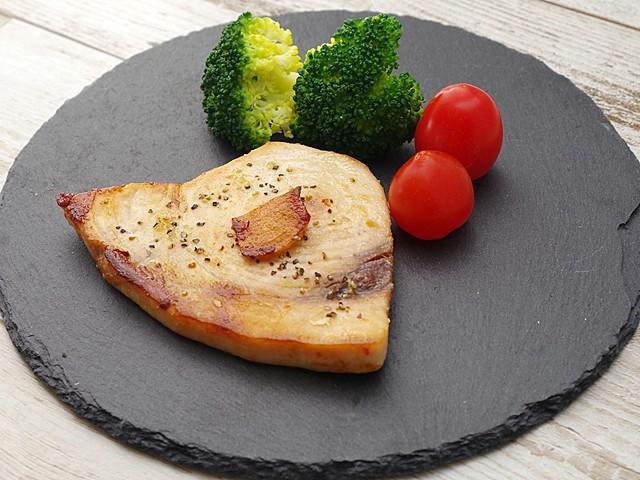 オリーブオイル漬けメカジキのガーリックステーキ